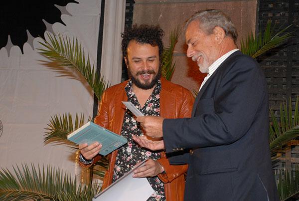 Jorge Rojas recibe el Premio Periodismo de Excelencia 2013 de manos de Gustavo gorriti.